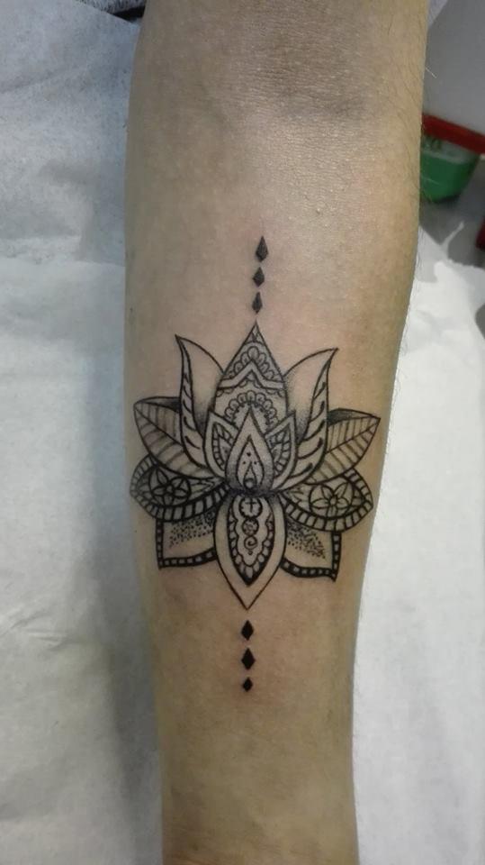 r alisations de tatouages arabesques tatouage motifs abstraits ou tatouage g om trique. Black Bedroom Furniture Sets. Home Design Ideas