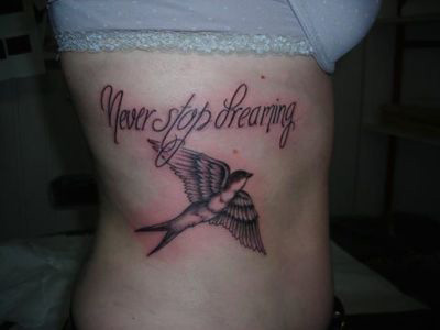 tatouage calligraphie avec une irondelle
