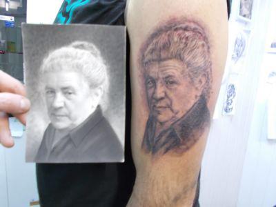 Tatouage portrait femme agée