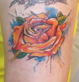 Tatouage d'une rose en couleur vive