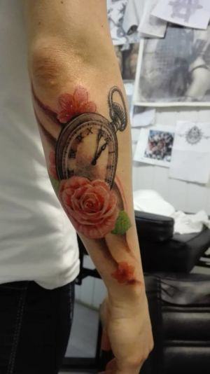 Tatouage sur l'avant-bras en couleur