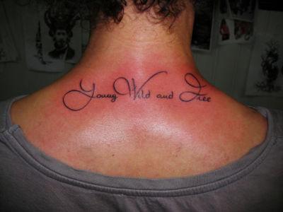 Tatouage écriture sur la nuque