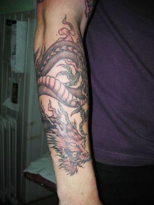 Tatouage dragon sur le bras