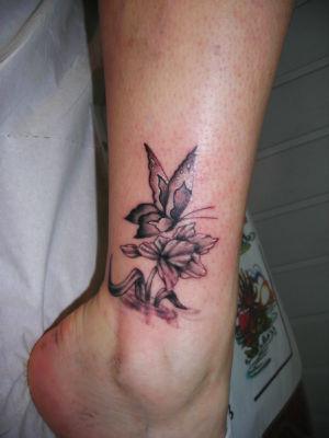 Tatouage fleur et papillon sur la cheville