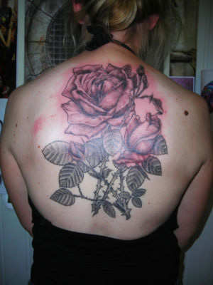 Tatouage rose dans le dos