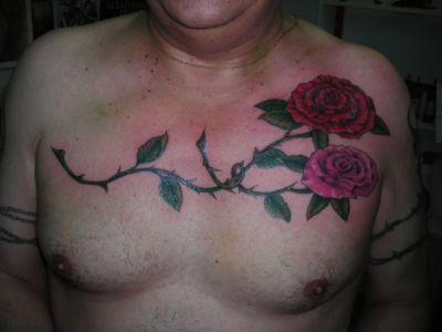 Tatouage rose sur le torse