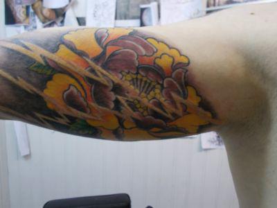 Tatouage sur le bras motif floral