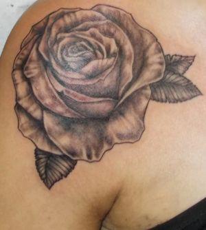Tatouage d'une rose en noir et ombre