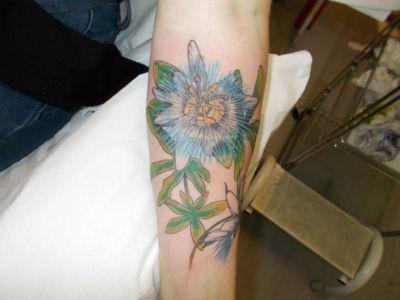 Tatouage d'une passiflore en couleur