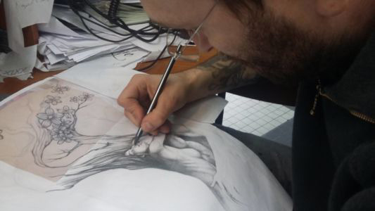 Mike en train de dessiner