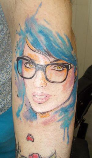 Tatouage portrait en couleur d'une femme