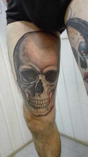 Tatouage tête de mort sur la cuisse