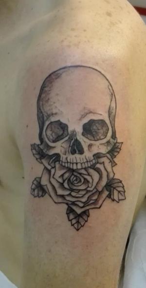 Tatouage tête de mort et rose