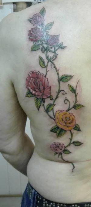 Tatouage rose en couleur dans le dos