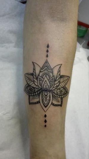 Tatouage fleur façon dentelle