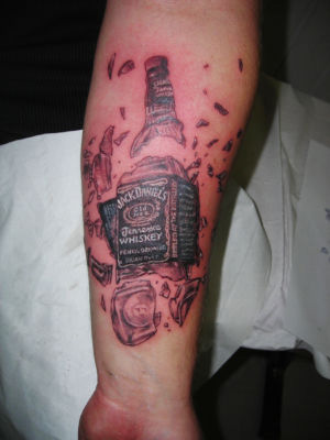 Tatouage bouteille de wisky Jack Daniel's