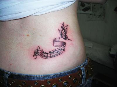 Tatouage papillon et notes de musique