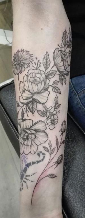 Tatouage fleur sur l'avant bras