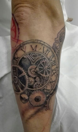 Tatouage mécanisme horloge